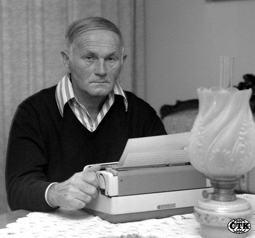 Spisovatel Bohumil Hrabal pøi práci ve svém pražském bytì